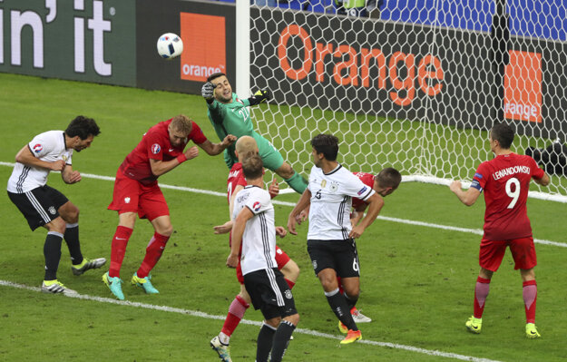 Aj Lukasz Fabianski (v zelenom drese) mal podiel na tom, že Poliaci na šampionáte ešte neinkasovali.
