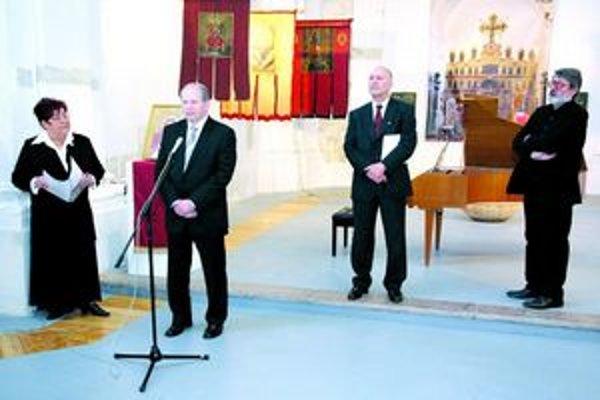Na vernisáži. Zľava riaditeľka galérie, primátor mesta, veľvyslanec Srbskej republiky na Slovensku a autor výstavy.