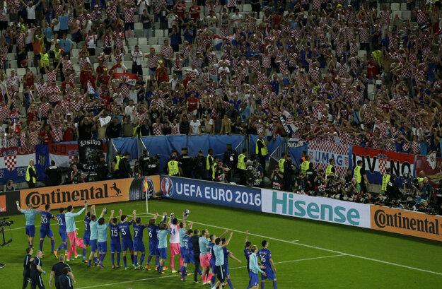 Futbalisti Chorvátska oslavujú s fanúšikmi víťazstvo nad Španielskom.