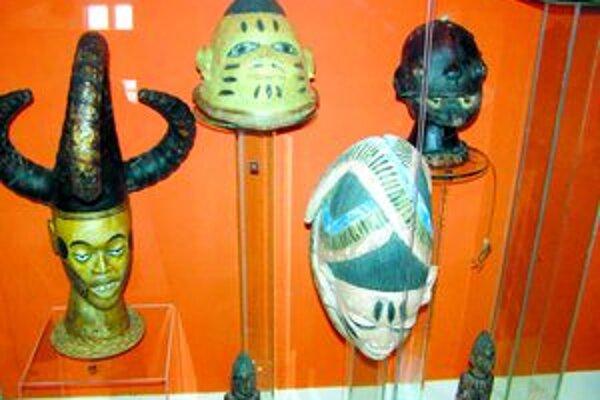 Expozícia. Vystavené masky pochádzajú z Nigérie.