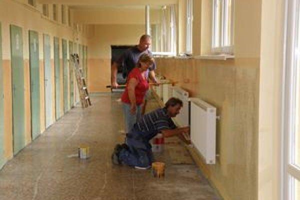 Riaditeľka M. Kuklová plnila cez prázdniny aj funkciu stavbyvedúcej.