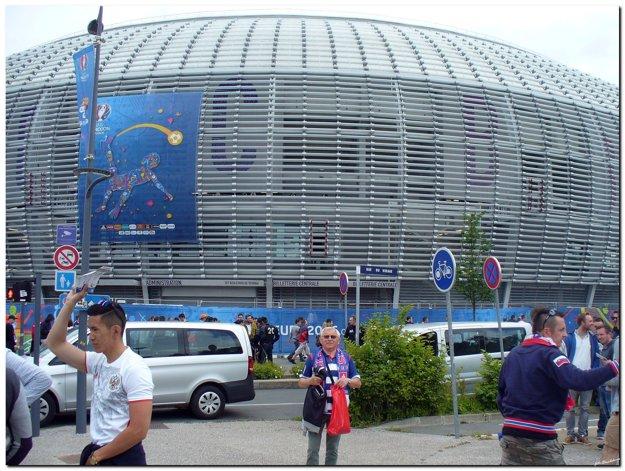 Ján Kysľ pred nádherným futbalovým stánkom v Lille