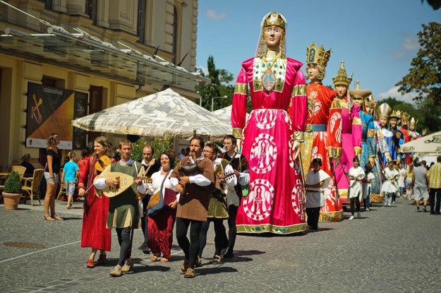 Päťmetrové obrovské kráľovské bábky pricestujú zo Székesfehérváru do Bratislavy.