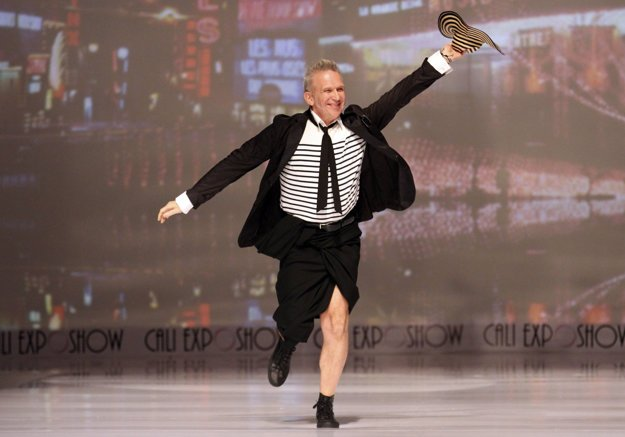 Avantgardný francúzsky módny návrhár Jean Paul Gaultier navrhol pre francúzsky dom La Redoute v roku 2005 námornícku kolekciu, odvtedy sa pásiky stali symbolom jeho kreativity.