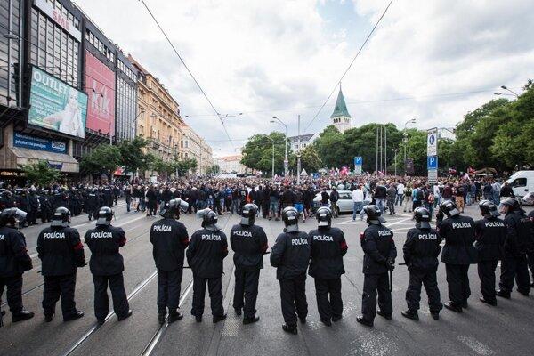 Pri vlaňajšom pochode extrémistov v Bratislave museli zasahovať aj policajní ťažkoodenci.