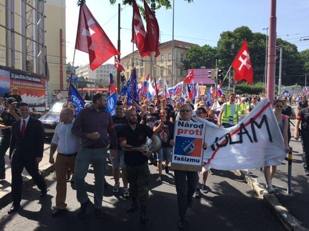 Účastníci pochodu Stop likvidácii Európy.
