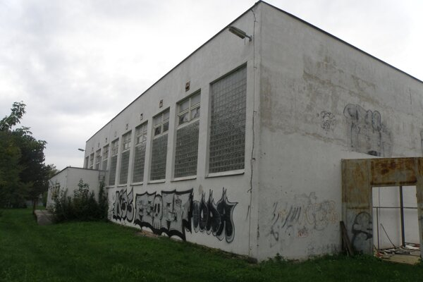 Na Vinohradníckej ulici je telocvičňa zatvorená, kraj ju predáva.