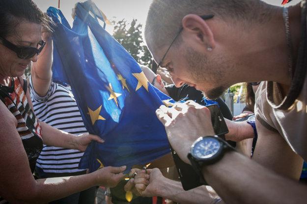 Na záver chceli podpáliť vlajku EÚ.