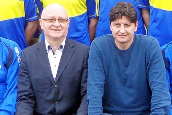 Šéf klubu Jozef Ürge (vpravo) zverejní meno nového trénera dnes. Vľavo primátor Vrábeľ Tibor Tóth.