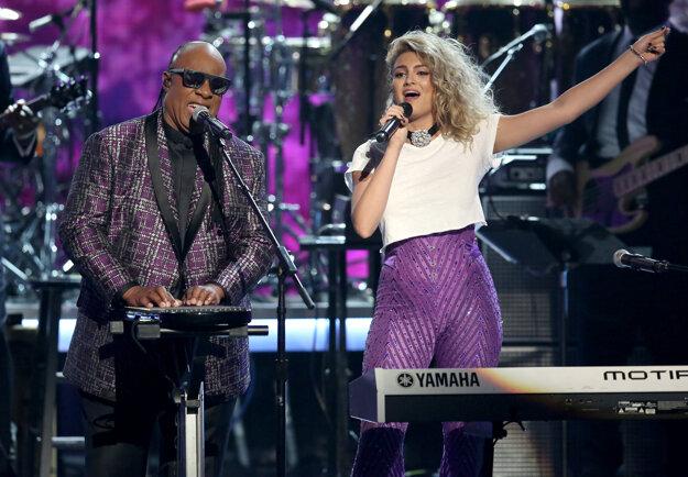 Stevie Wonder počas vystúpenia s Tori Kelly