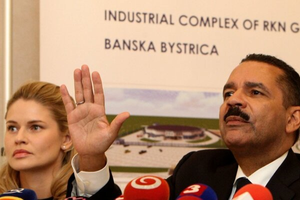 Majiteľ spoločnosti Ronald Noble a jej konateľka Marjam Lindsbro na marcovej tlačovej konferencii v Banskej Bystrici.