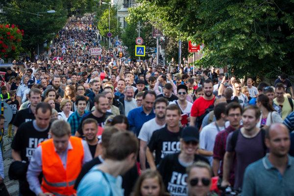 Protestné zhromaždenie sa presúva z Námestia SNP pred obytný komplex Bonaparte.