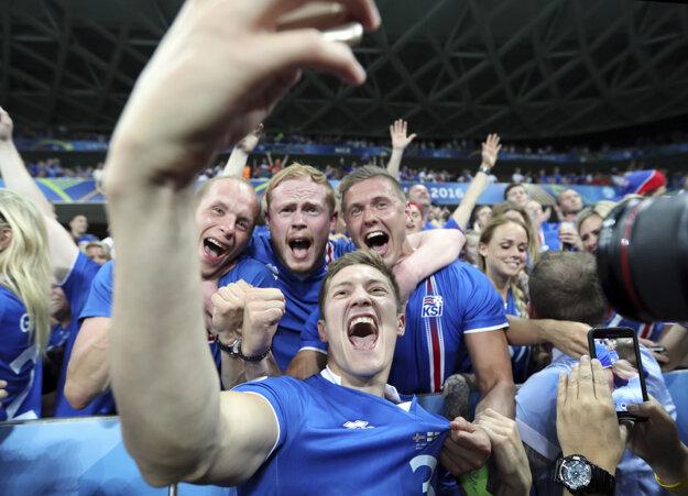 Islandský futbalista Haukur Heidar Hauksson sa fotí s fanúšikmi.