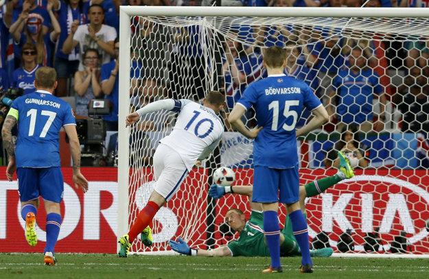 Wayne Rooney (s číslom 10) strieľa z pokutového kopu gól do siete Islandu.