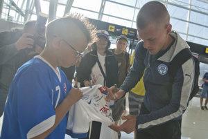 Slovákov prišli privítať fanúšikovia aj na letisko.
