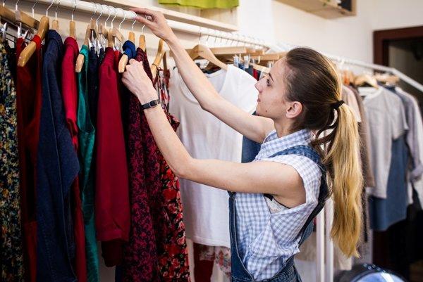 Bratislavský second hand Nosene je iný ako ostatné, oblečenie je úhľadne uložené, nepadá z vešiakov a vonia.