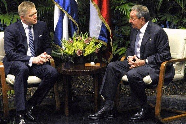 Premiér Robert Fico (vľavo) a kubánsky prezident Raúl Castro.
