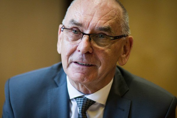 Karol Mitrík (68) je predsedom Najvyššieho kontrolného úradu SR. Za vlády Ivety Radičovej bol riaditeľom Slovenskej informačnej služby za SDKÚ-DS.