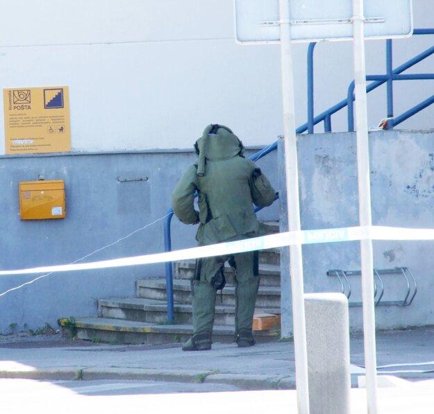 Pyrotechnik dostal balík z budovy.