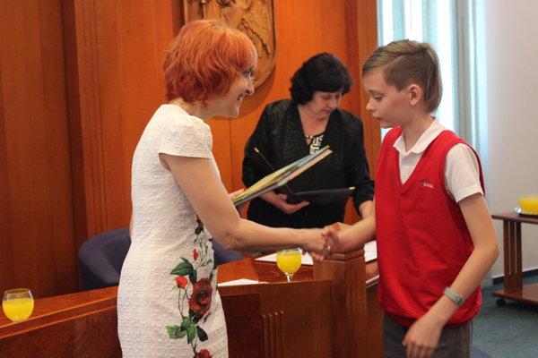 Úspešných žiakov odmeňovala primátorka Prievidze Katarína Macháčková.