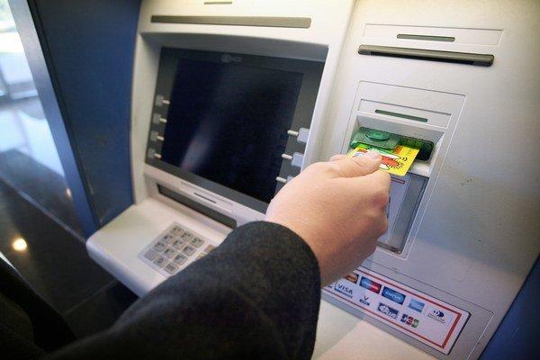V cene výhodnejšieho účtu by mali byť aj výbery z bankomatu.