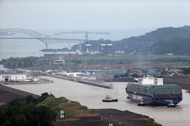 Čínska loď  Cosco Shipping Panama, ktorá ako prvá preplávala cez rozšírený Panamský prieplav.