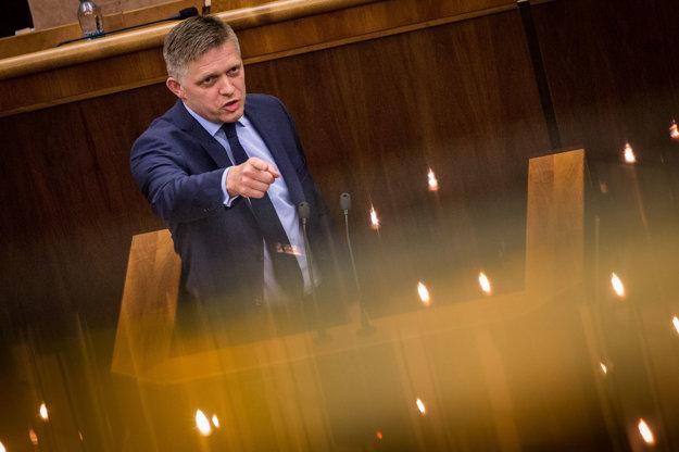 Premiér Fico počas prejavu v parlamente.