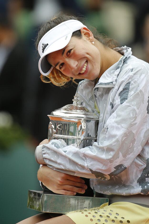 Garbine Muguruzová sa teší z trofeje za víťazstvo na Roland Garros.