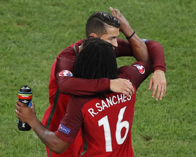 Supertalent a autor portugalského gólu Renato Sanches oslavuje svoj zásah s najväčšou hviezdou Cristianom Ronaldom.