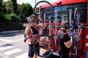 Nosič na zadnej strane autobusu odvezie sedem bicyklov.