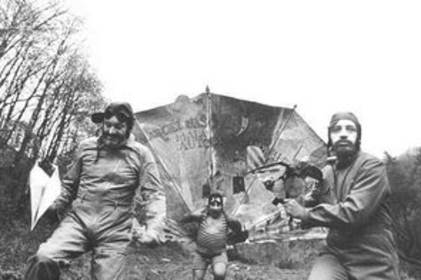 Milan Lasica, Július Satinský a Jaro Filip na fotografii Tibora Huszára. Fotografia je na obale knihy Na krídlach večnosti.