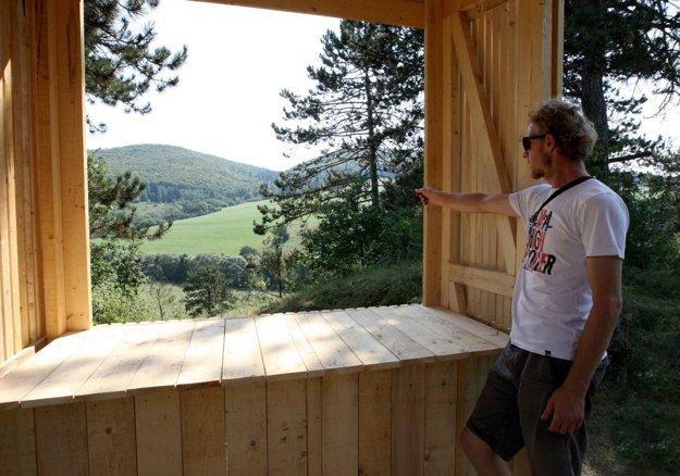 Rozhľadňa a opekačka ponúka neopakovateľný pohľad do vidieckej krajiny.