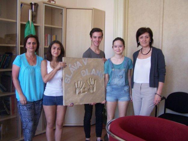 Časť kolektívu tretiakov so svojou profesorkou Danicou Tokarčíkovou a riaditeľkou OA Elenou Siráňovou.
