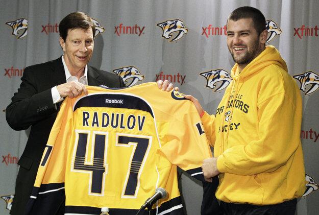Alexander Radulov (vpravo) už v minulosti v NHL pôsobil. Obliekal si dres Nashvillu Predators.