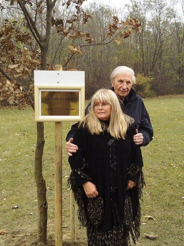 Ladislav Chudík s manželkou Alenou pri mladom stromčeku.
