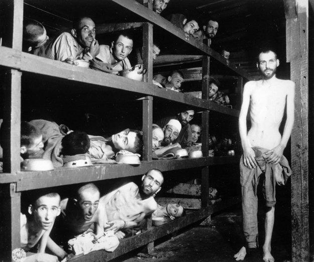 Aj na tejto legendárnej snímke z oslobodenia tábora Buchenwald je Eli Wiesel. V strednom rade siedmy zľava.