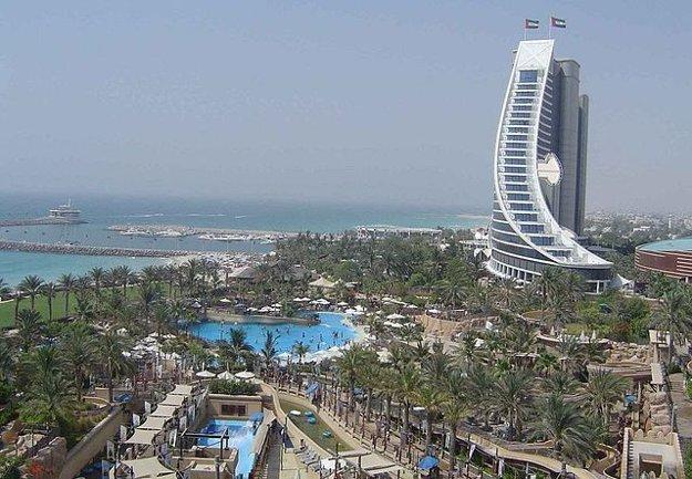 Vodný park Wild Wadi Water Park stojí v blízkosti Jumeirah Beach Hotel.