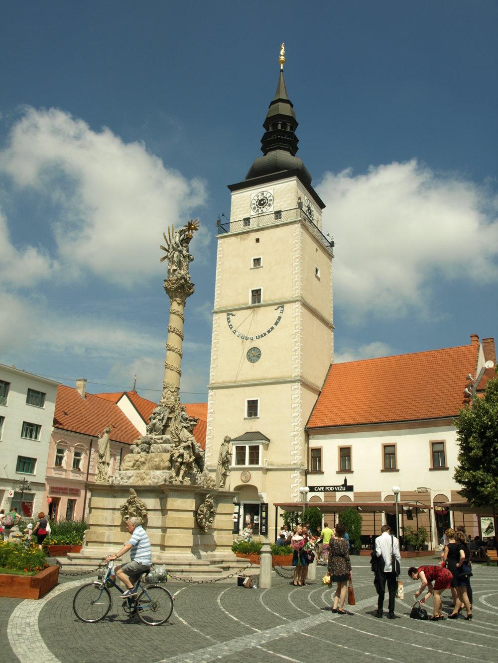 Pôvodne boli sochy trnavskej Trojičky orientované čelomkmestskej veži, dnes hľadia kBazilike sv. Mikuláša.