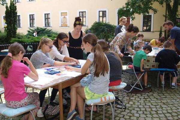 Deti budú tvoriť aj na nádvorí galérie.
