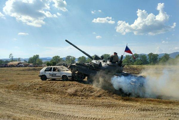 Deštrukcia automobilu viac ako 30 tonovým tankom.