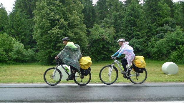 Mladý pár bicykloval aj v daždi.