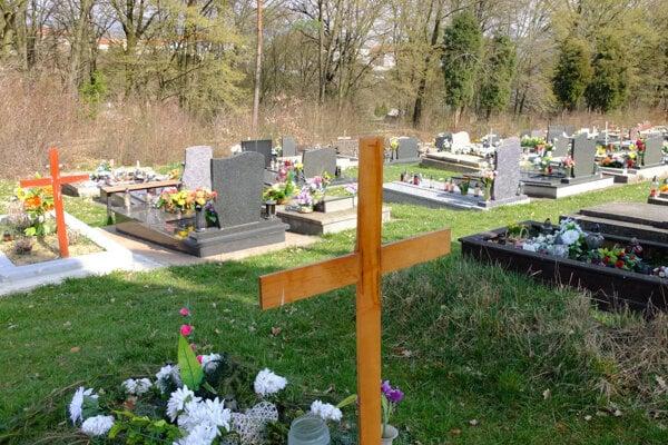 Cintorín od okolia oddeľuje len nízky múrik.