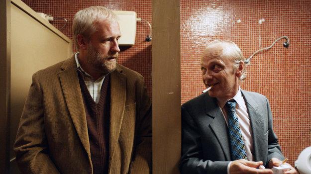 Podpísať alebo nepodpísať? Vo filme proti sebe názorovo stoja Peter Bebjak a Attila Mokos.