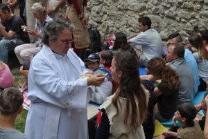 Katarínka nie je len o obnove múrov. Dobrovoľníci miestu vrátili aj duchovnú náplň. Ukázalo sa to aj počas svätej omše