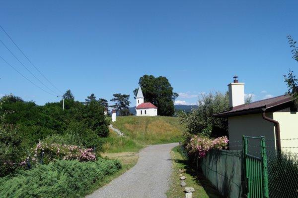 Pohľad na Kalváriu zo záhradkárskej osady.