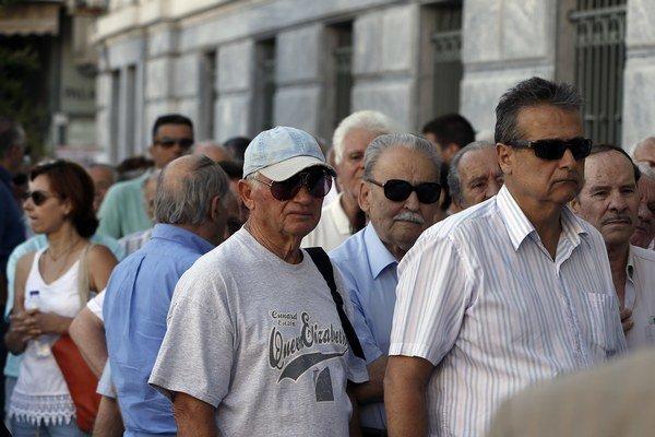 Pred centrálou Národnej banky Grécka sa v pondelok ráno tvorili rady.