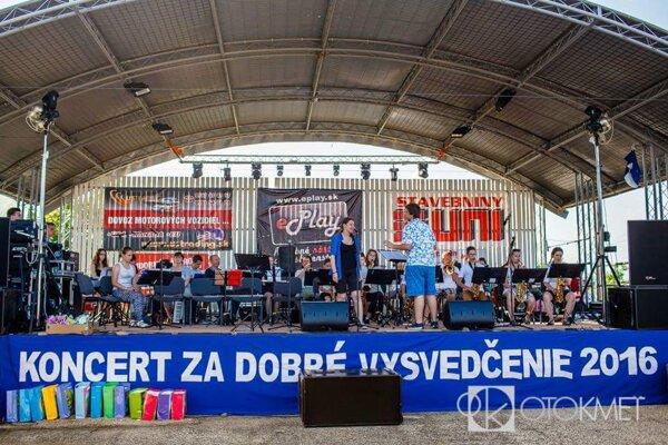 Účinkujúci vystupovali v amfiteátri v Kamenci pod Vtáčnikom.