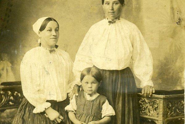 Malá Esterka, jej mama Vincka (sediaca) asuseda Kamila zNižného Konca.