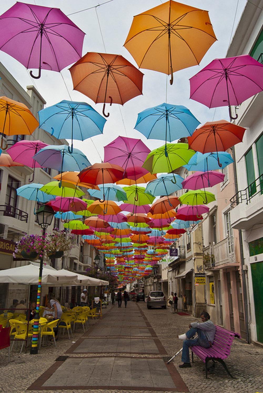 Pestrofarebné dáždniky sú v júli súčasťou Águedy.