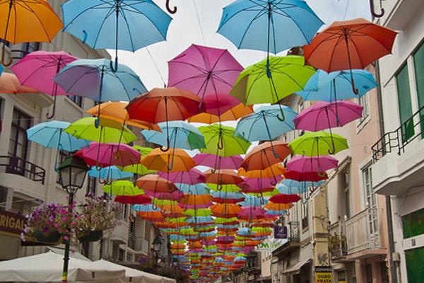Pestrofarebné dáždniky v meste Águeda v Portugalsku.